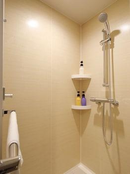 RED ROOF INN & SUITES OSAKA - NAMBA/NIPPOMBASHI Bathroom Shower