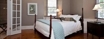 Suite, 1 Queen Bed, Private Bathroom