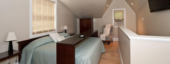 Premium Loft, 1 King Bed, Jetted Tub, Poolside