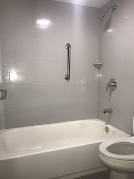 Wingate by Wyndham Louisville Airport Expo Center - Bathroom  - #0