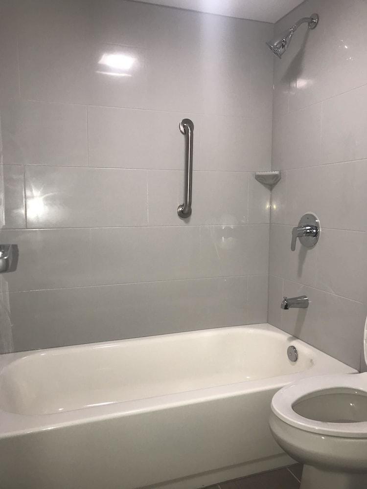 윈게이트 바이 윈덤 루이빌 페어 앤드 엑스포(Wingate by Wyndham Louisville Fair and Expo) Hotel Image 33 - Bathroom