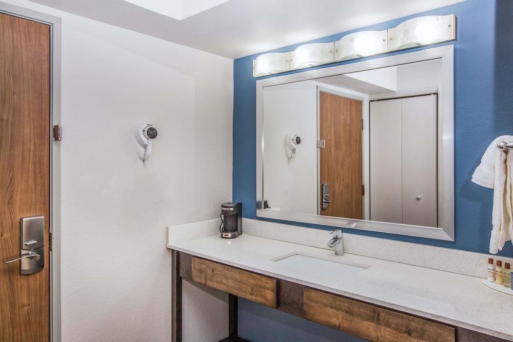 윈게이트 바이 윈덤 루이빌 페어 앤드 엑스포(Wingate by Wyndham Louisville Fair and Expo) Hotel Image 38 - Bathroom