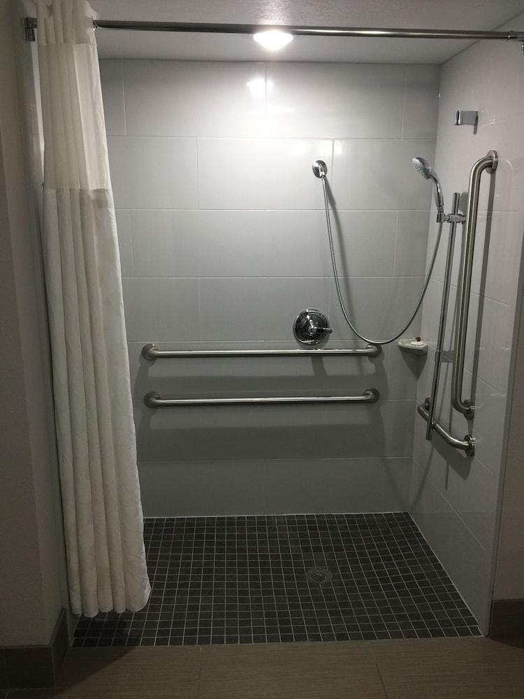 윈게이트 바이 윈덤 루이빌 페어 앤드 엑스포(Wingate by Wyndham Louisville Fair and Expo) Hotel Image 35 - Bathroom