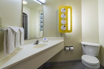 Motel 6 Sandusky - Milan - Bathroom  - #0