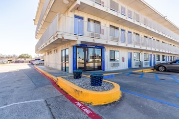 Hotel Front at Motel 6 Dallas - Garland in Garland