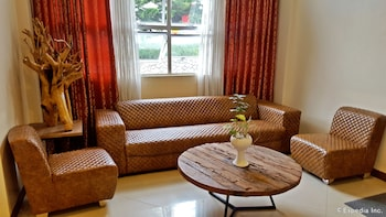 Microtel Inn & Suites by Wyndham Baguio Lobby Sitting Area