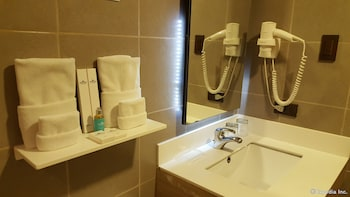 Microtel Inn & Suites by Wyndham Baguio Bathroom