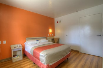Guestroom at Motel 6 Orlando - Winter Park in Orlando
