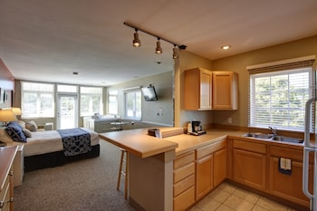 Deluxe Room, 1 Queen Bed with Sofa bed, Kitchen, Lake View