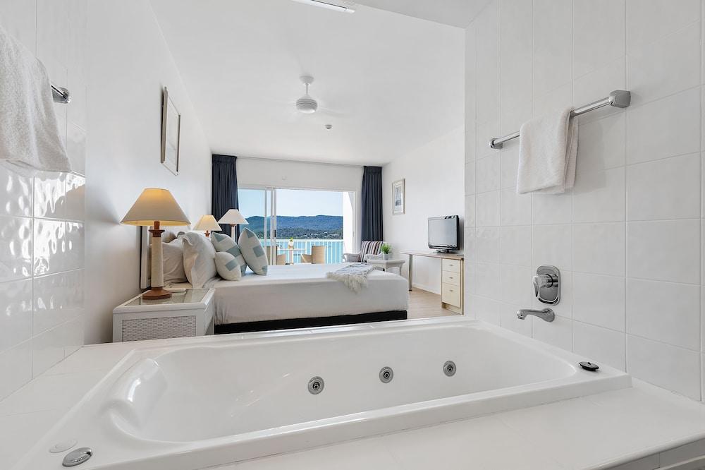 https://i.travelapi.com/hotels/2000000/1050000/1047200/1047180/992d8e69_z.jpg