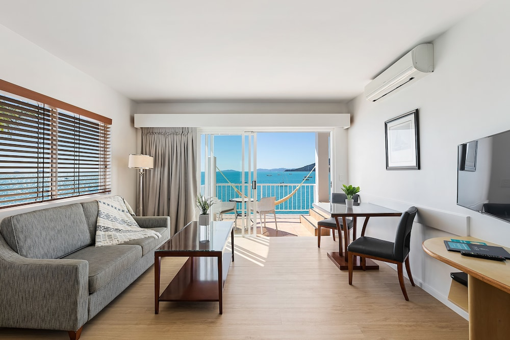 https://i.travelapi.com/hotels/2000000/1050000/1047200/1047180/c8de0a8d_z.jpg