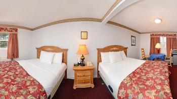 Quadruple Room, 2 Queen Beds, Non Smoking
