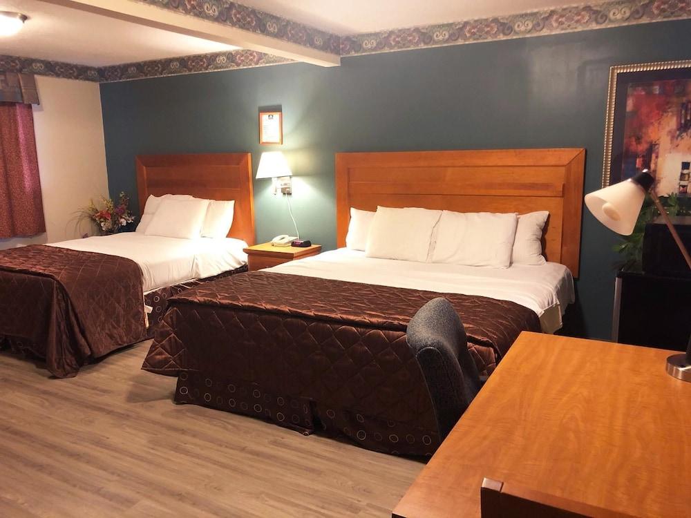 Room, Non Smoking (3 Queen Beds)