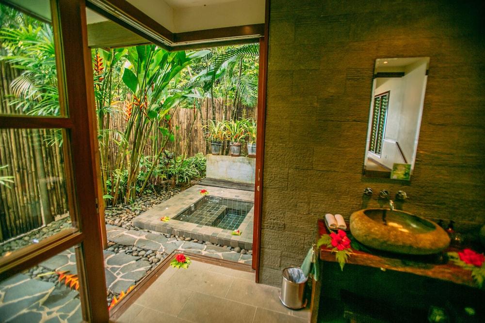 https://i.travelapi.com/hotels/2000000/1050000/1048300/1048261/f13331e6_z.jpg
