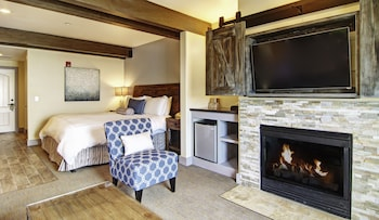 Deluxe Suite, 1 King Bed (Pigeon Point)