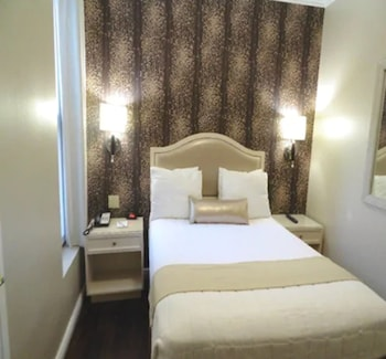 One Queen Bed (Newly Renovated)