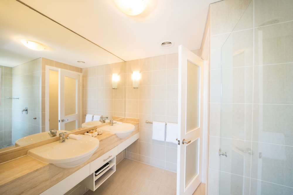 https://i.travelapi.com/hotels/2000000/1070000/1060500/1060430/af86cfcc_z.jpg