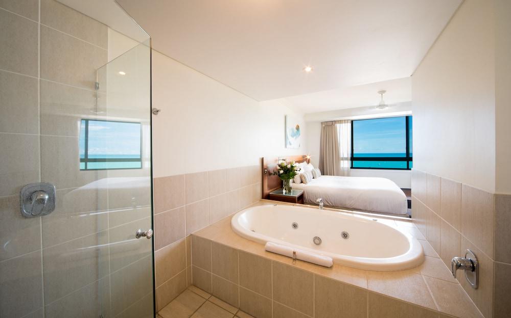https://i.travelapi.com/hotels/2000000/1070000/1060500/1060430/ce9743c3_z.jpg