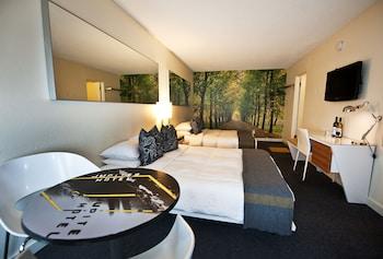 Room, 2 Queen Beds (Bar Deuce)