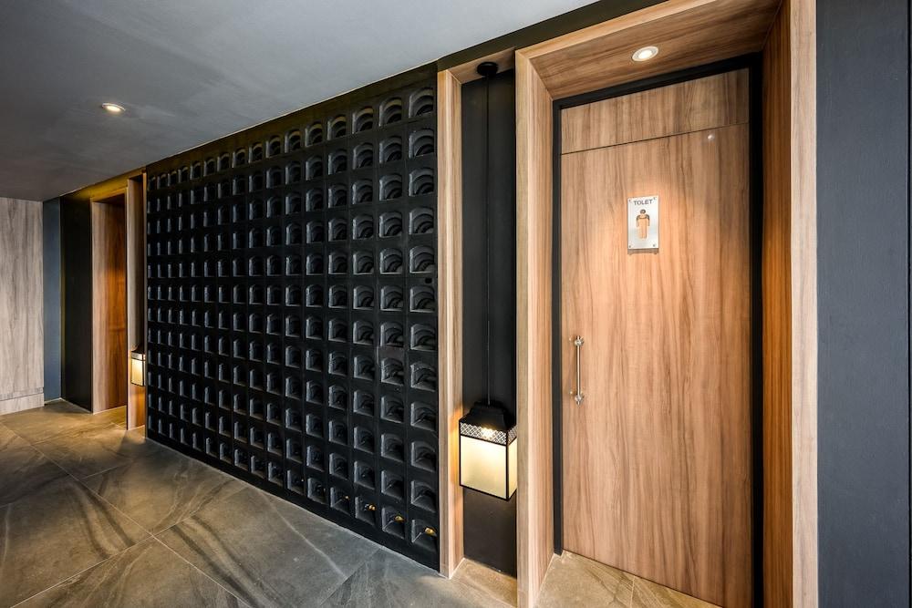 https://i.travelapi.com/hotels/2000000/1070000/1069000/1068917/1a09c681_z.jpg