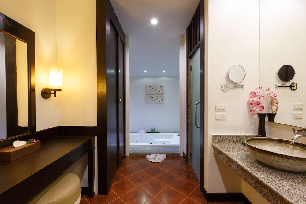 https://i.travelapi.com/hotels/2000000/1070000/1069000/1068917/65c1c0a1_z.jpg