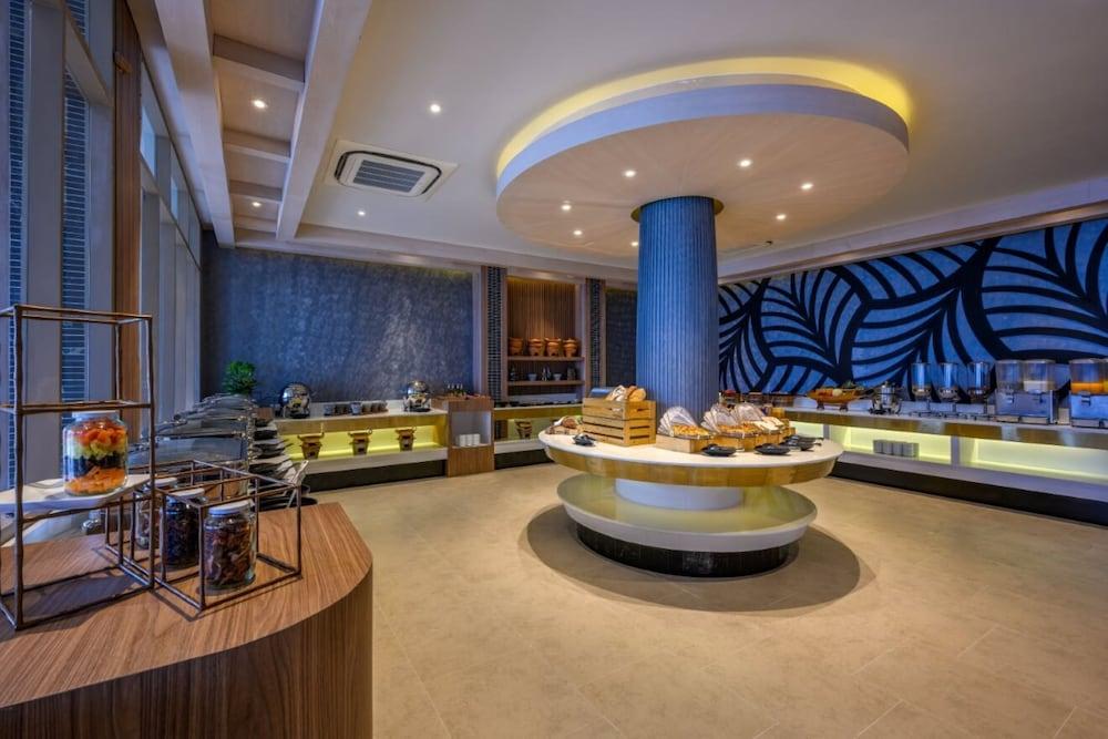 https://i.travelapi.com/hotels/2000000/1070000/1069000/1068917/a7cbc902_z.jpg