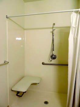 Motel 6 Lincoln City - Bathroom Shower  - #0