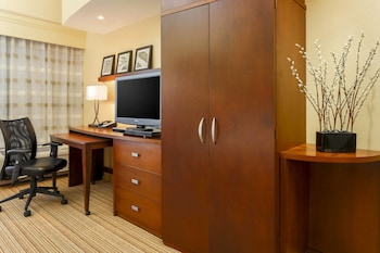 Guestroom at Courtyard by Marriott Potomac Mills Woodbridge in Woodbridge