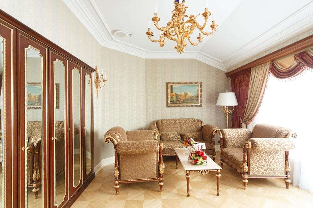 https://i.travelapi.com/hotels/2000000/1090000/1082500/1082410/14c490b0_z.jpg