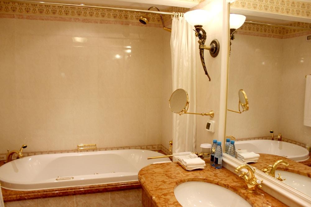 https://i.travelapi.com/hotels/2000000/1090000/1082500/1082410/27edc86f_z.jpg