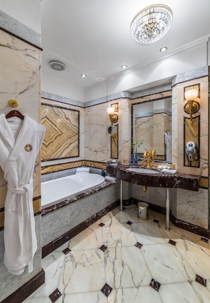 https://i.travelapi.com/hotels/2000000/1090000/1082500/1082410/2c8e6352_z.jpg