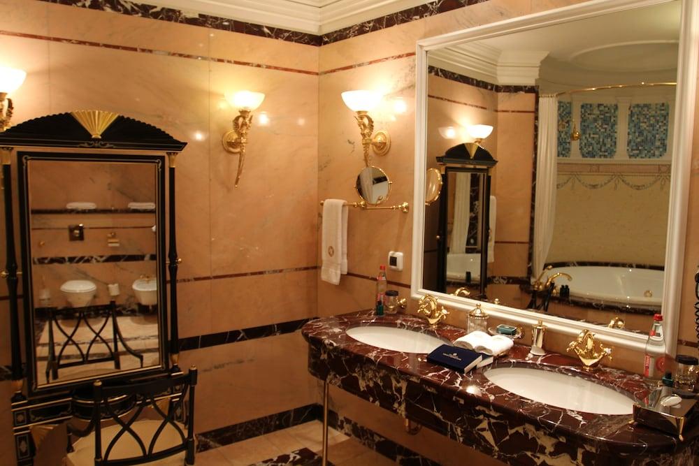 https://i.travelapi.com/hotels/2000000/1090000/1082500/1082410/3bbe1f16_z.jpg