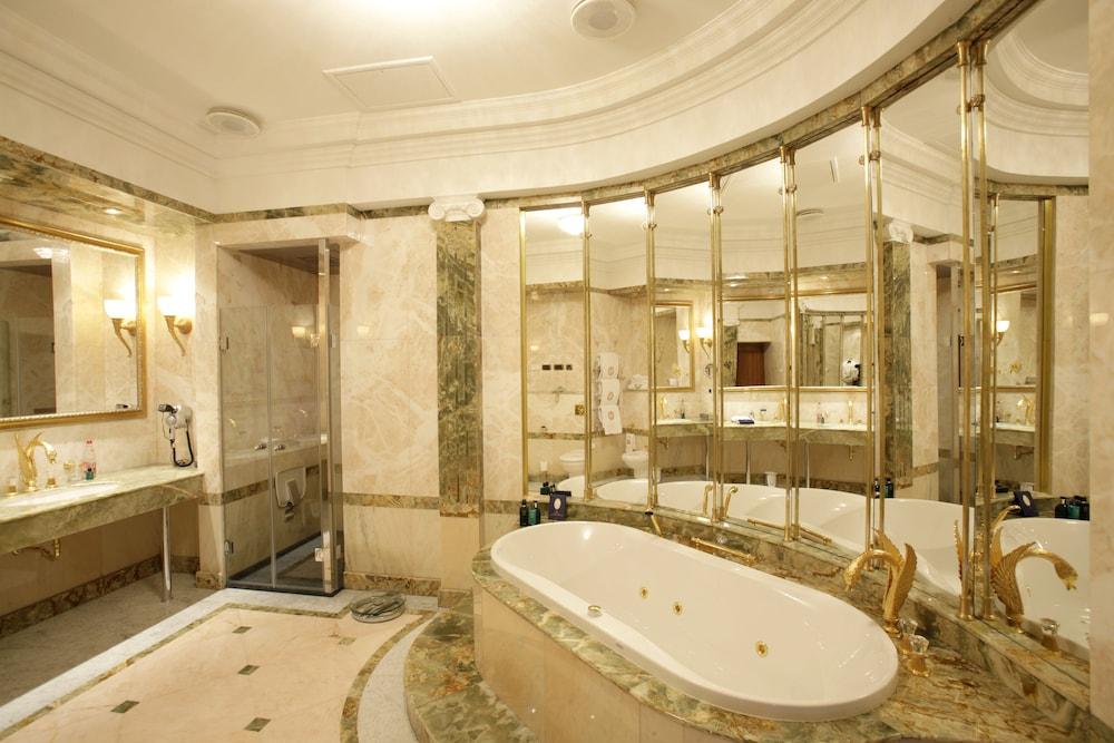 https://i.travelapi.com/hotels/2000000/1090000/1082500/1082410/5155d6db_z.jpg