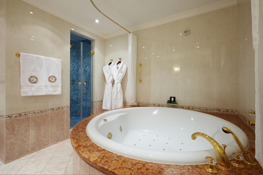 https://i.travelapi.com/hotels/2000000/1090000/1082500/1082410/6619c634_z.jpg