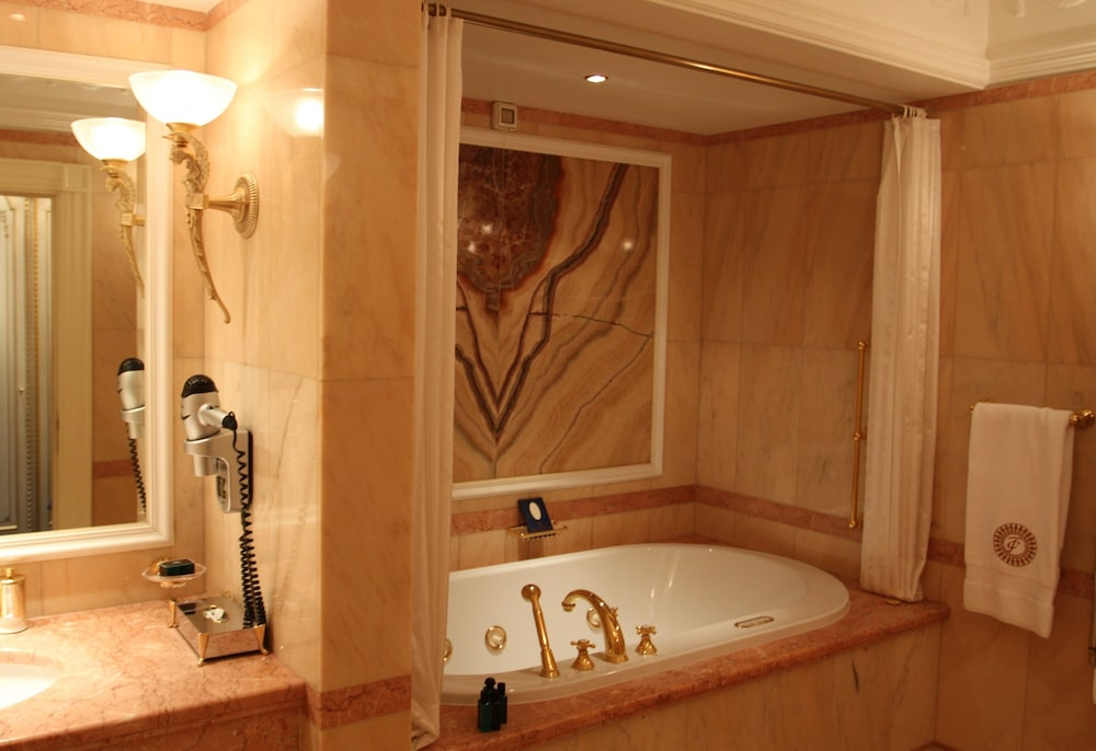 https://i.travelapi.com/hotels/2000000/1090000/1082500/1082410/a024453f_z.jpg