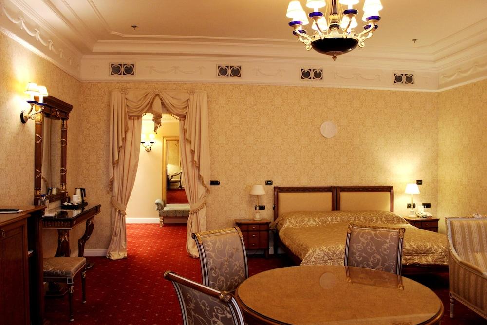 https://i.travelapi.com/hotels/2000000/1090000/1082500/1082410/b2282aa0_z.jpg