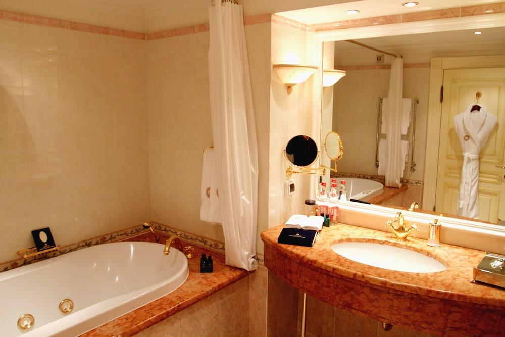 https://i.travelapi.com/hotels/2000000/1090000/1082500/1082410/b2846c38_z.jpg