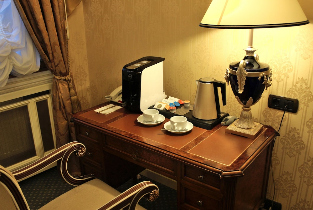 https://i.travelapi.com/hotels/2000000/1090000/1082500/1082410/c6fce5fa_z.jpg