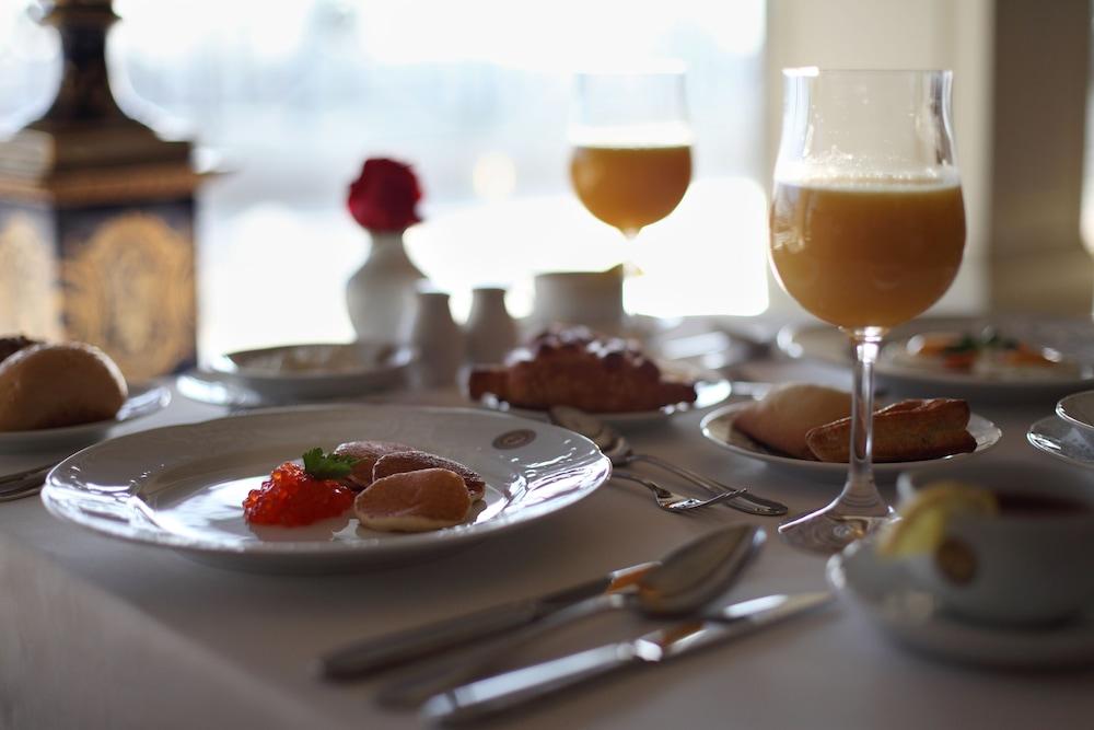 https://i.travelapi.com/hotels/2000000/1090000/1082500/1082410/d35d19cd_z.jpg