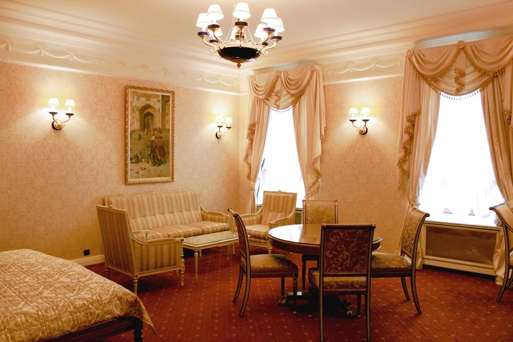 https://i.travelapi.com/hotels/2000000/1090000/1082500/1082410/dc1812a7_z.jpg