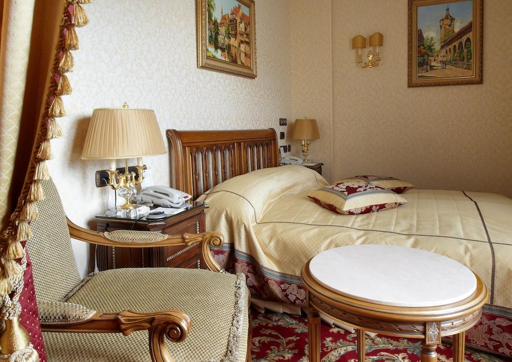 https://i.travelapi.com/hotels/2000000/1090000/1082500/1082410/ecbd5b8a_z.jpg