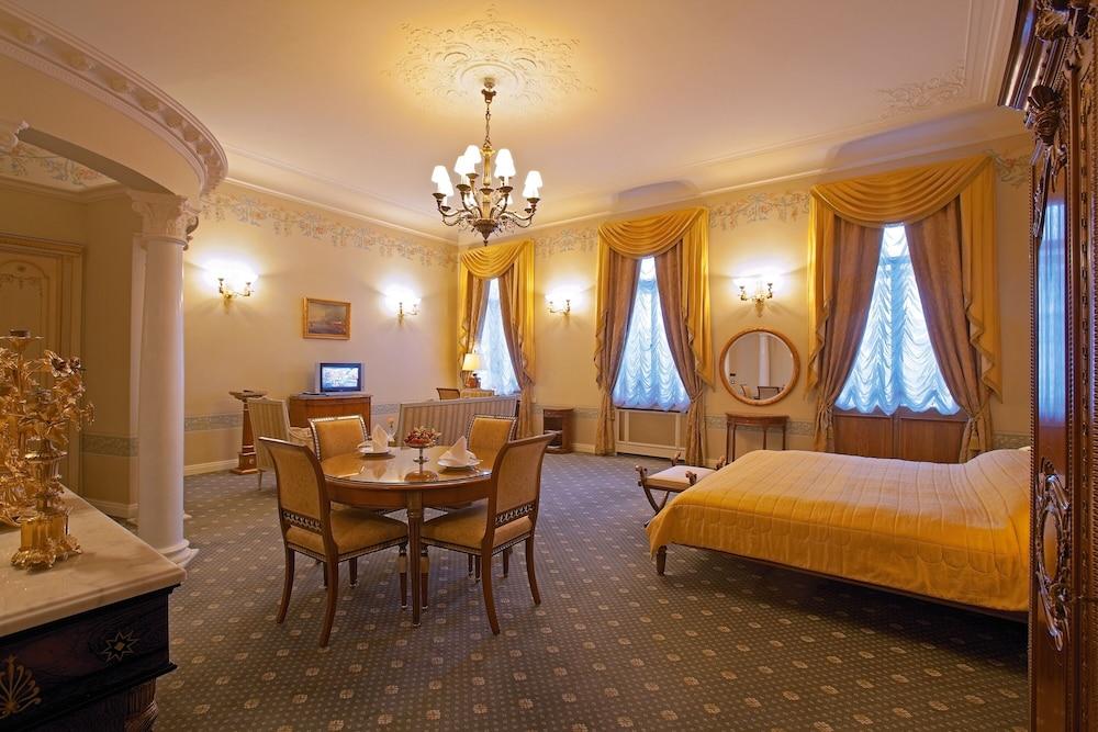 https://i.travelapi.com/hotels/2000000/1090000/1082500/1082410/ff1dbe18_z.jpg