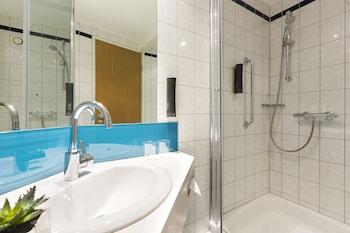 Holiday Inn Express Düsseldorf City North - Bathroom  - #0