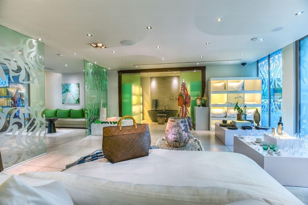 https://i.travelapi.com/hotels/2000000/1100000/1095000/1094968/87da77e2_z.jpg