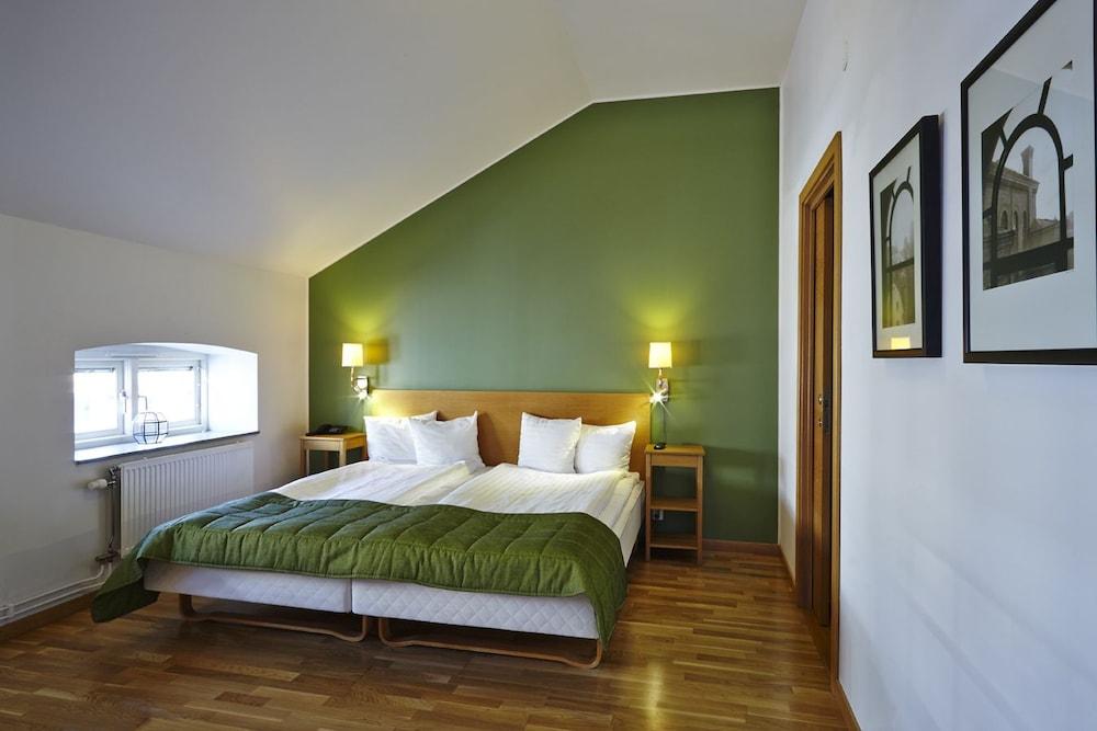 https://i.travelapi.com/hotels/2000000/1100000/1095200/1095184/1655a9b1_z.jpg