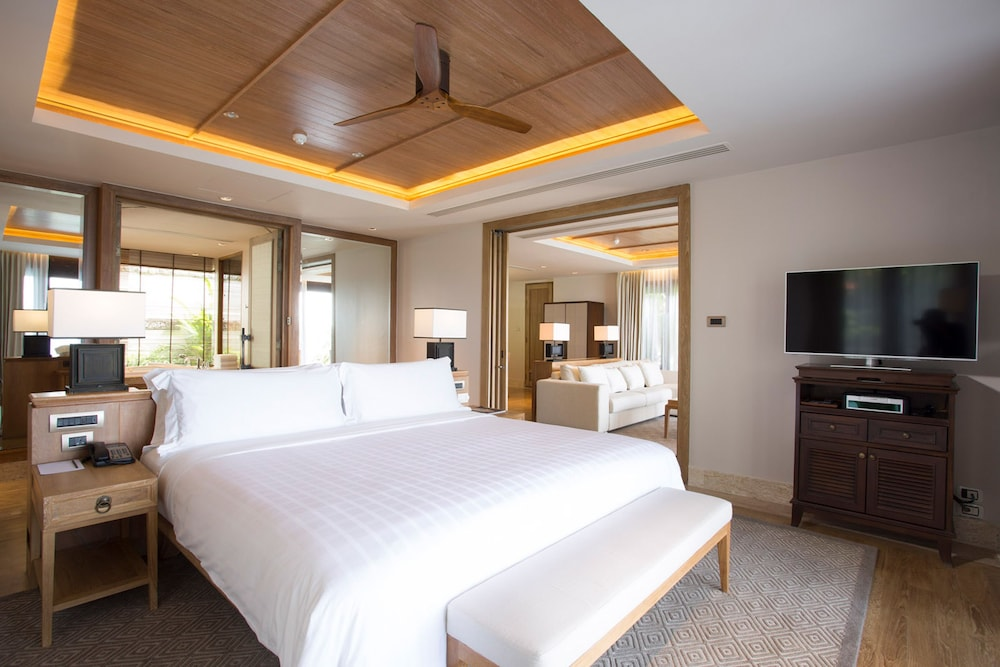 https://i.travelapi.com/hotels/2000000/1100000/1097000/1096979/5012f8bd_z.jpg
