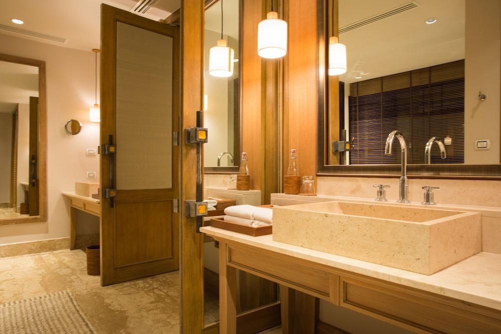 https://i.travelapi.com/hotels/2000000/1100000/1097000/1096979/7072114a_z.jpg