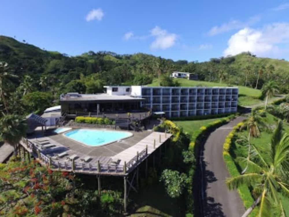 https://i.travelapi.com/hotels/2000000/1110000/1102200/1102158/d9131cf3_z.jpg