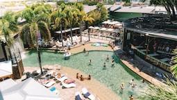 Gilligan's Backpackers Hotel & Resort