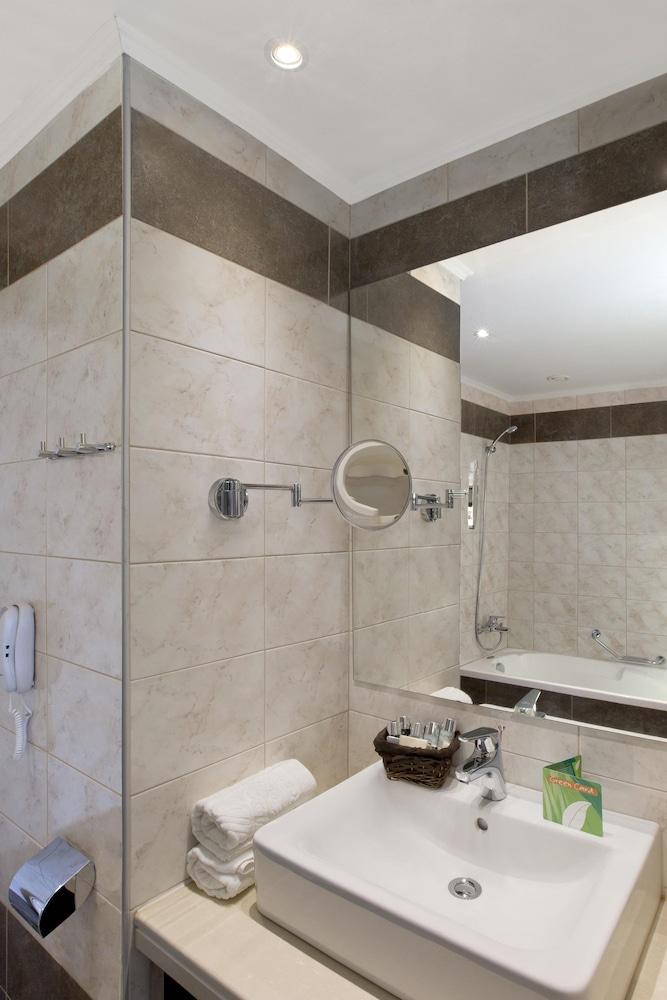 선 비치 리조트 콤플렉스(Sun Beach Resort Complex) Hotel Image 41 - Bathroom Sink